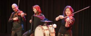 Shtetl Band Amsterdam Trio speelt kleur 2 foto Carla van Thijn